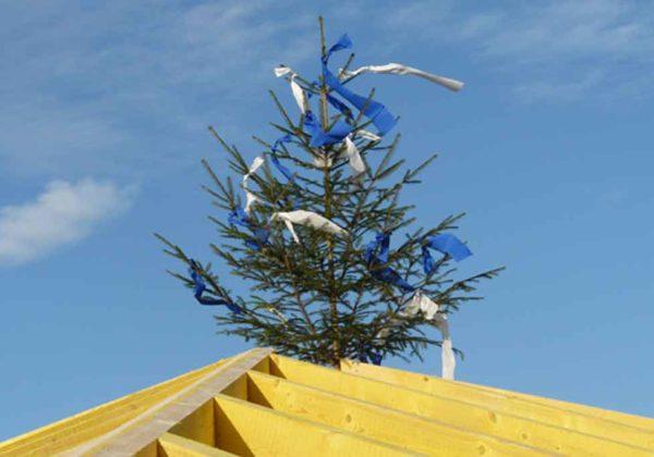 Der Rohbau ist fertig – der Dachstuhl errichtet
