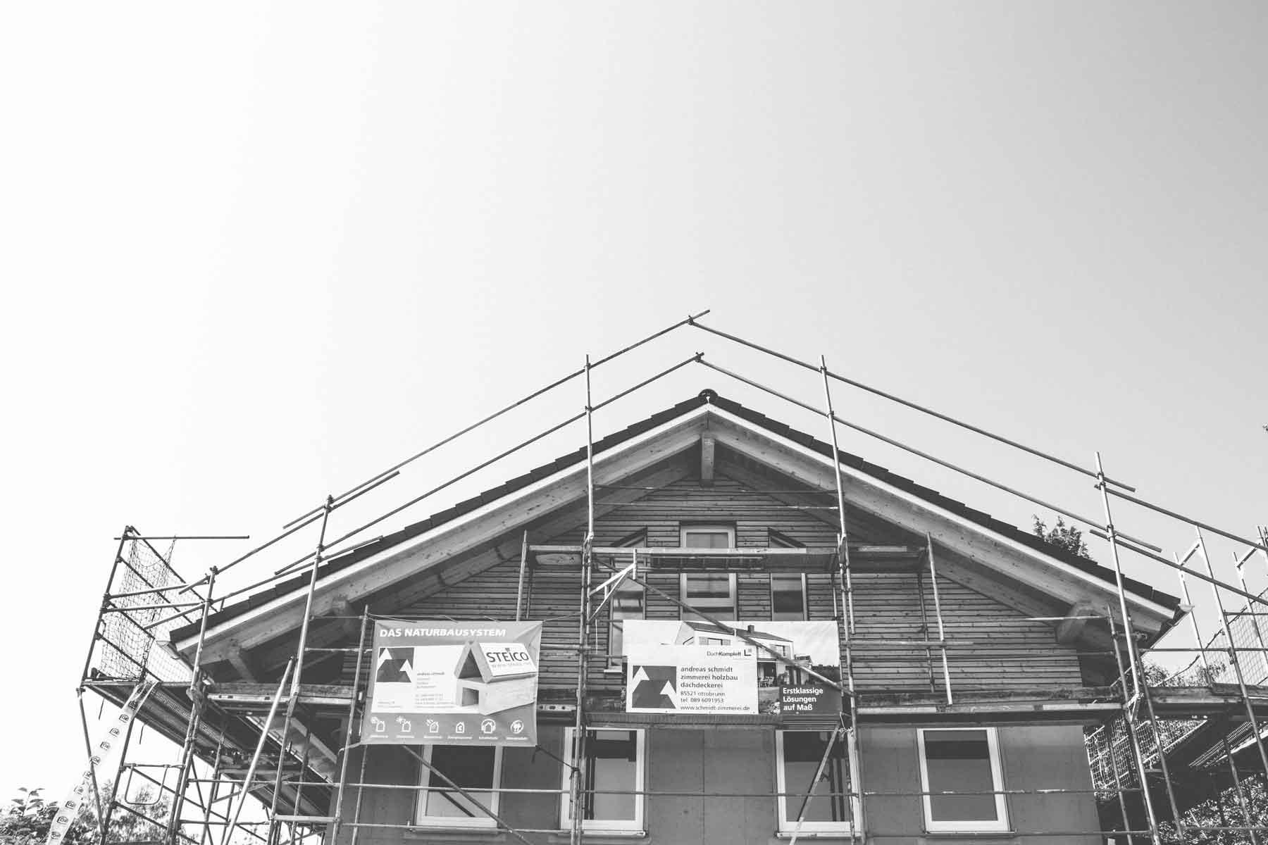In einem ruhigen Wohnviertel entstanden eine Doppelhaushälfte in ökologischer Holzbauweise.